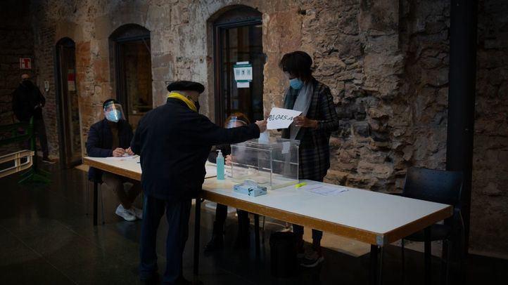 Un colegio electoral de Cataluña este 14F marcado por la crisis sanitaria