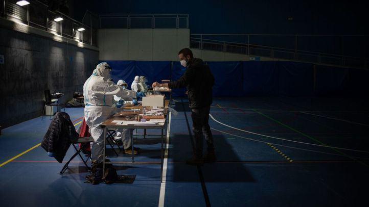 Una persona acude a votar a una mesa electoral en Cataluña en una jornada marcada por el coronavirus
