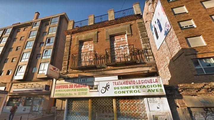 La fachada de un inmueble abandonado se derrumba en la calle Marqués de Viana