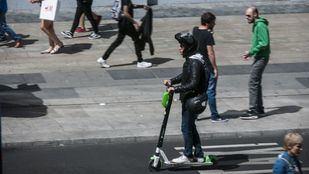 Usuario de patinete eléctrico en la Gran Vía.