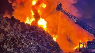 Extinguido el aparatoso incendio originado en una chatarrería de Leganés