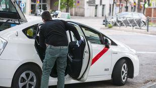 Taxista desinfectando su vehículo en la plaza de Cristo Rey.