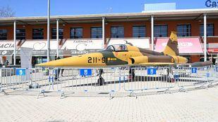 Dos aviones de combate 'aterrizan' en la plaza del Distrito de Latina