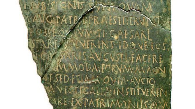 Recuperada una histórica placa jurídica en bronce de la época romana que iba a ser subastada