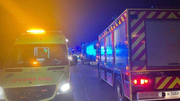 Una ambulancia del Summa y un camión de bomberos en el lugar del accidente