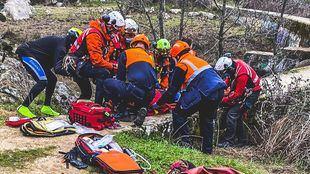Rescatada una ciclista tras caer dos metros en un embalse en El Escorial