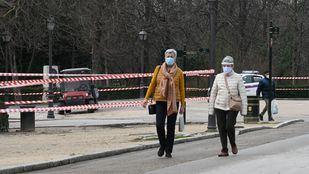 Dos mujeres pasean por una de las zonas habilitadas en el Retiro.