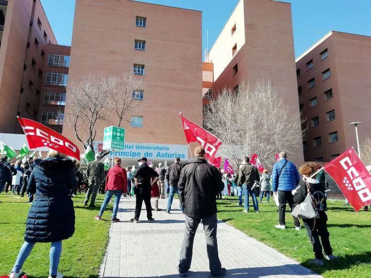 Sanitarios se concentran ante el Hospital Príncipe de Asturias por su situación