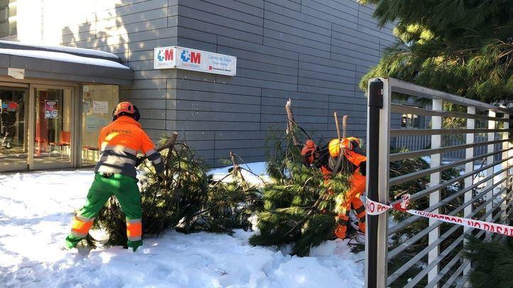 Trabajador de Valoriza Medioambiente trabajando en el Server durante la nevada