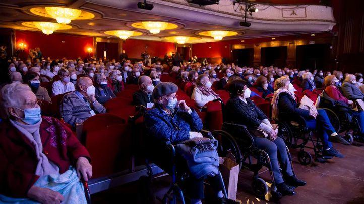 Casi 200 mayores ya inmunizados salen por primera vez de la residencia para ir al teatro