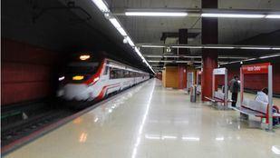 Tren de la línea C-4 entrando en la estación de Getafe Centro y con destino Parla.