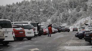 Los aparcamientos de la Sierra, completos desde primera hora de este sábado