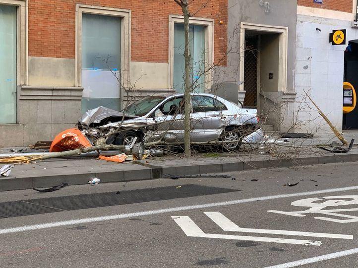 Un coche que estaba siendo perseguido por la Policía se ha estrellado en la calle Serrano