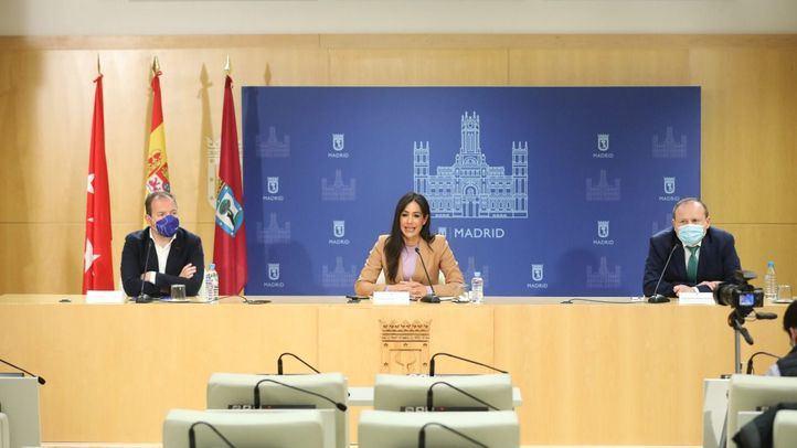 La vicealcaldesa, Begoña Villacís, junto a los delegados Mariano Fuentes y Miguel Ángel Redondo, en la presentación del nuevo visor urbanístico.