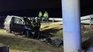 Bomberos han tenido que excarcelar el cuerpo de la víctima que había quedado atrapado en el interior del vehículo.