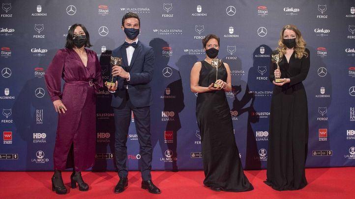 Equipo de la película Las Niñas, ganadora de la noche con tres premios