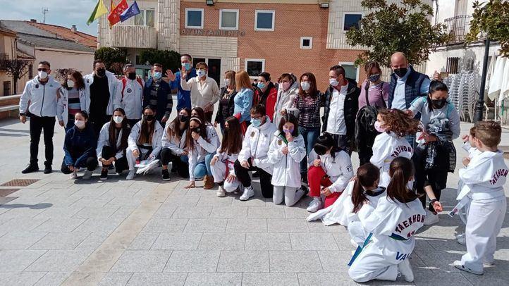 Una concentración vecinal en Villanueva de Perales denuncia el cierre de la escuela de Taekwondo