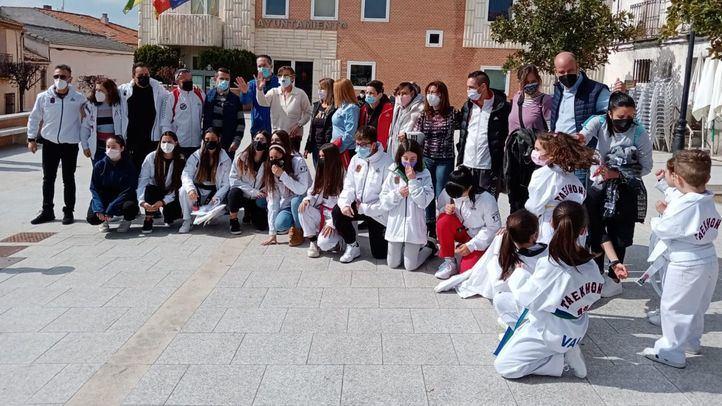 Las familias y alumnos de la Escuela de Taekwondo Villanueva de Perales se concentran en el municipio como denuncia por el cierre del centro.