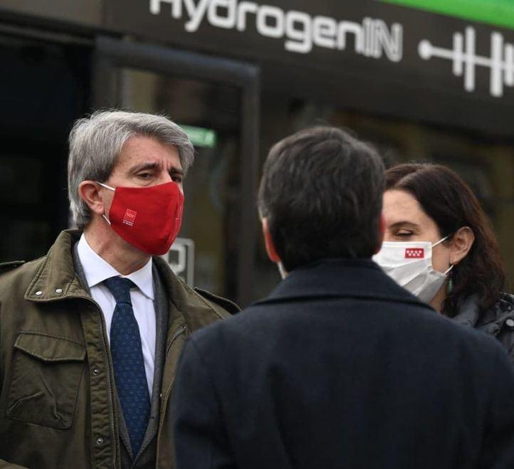 El consejero de Transportes, Movilidad e Infraestructuras de la Comunidad de Madrid, Ángel Garrido, en la presentación del primer autobús de hidrógeno que se pone en circulación, a modo de prueba, en España