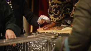 Fieles del Cristo de Medinaceli hacen cola para entrar a la Basílica, pese a la suspensión de celebraciones