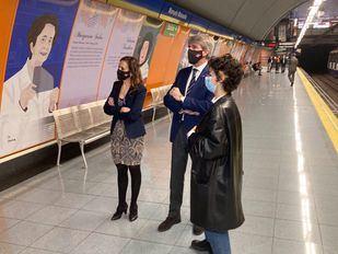 La estación de Manuela Malasaña luce los retratos y reseñas de 18 mujeres que han hecho historia