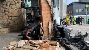 Un camión se empotra contra una farola y un pilar de un edificio en Retiro