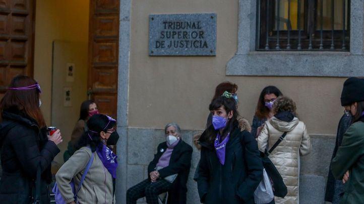 Varias personas de asociaciones feministas, entre ellas el Movimiento Feminista de Madrid en las inmediaciones del Tribunal Superior de Justicia de Madrid (TSJM) para esperar la decisión de autorizar o denegar las manifestaciones del 8M