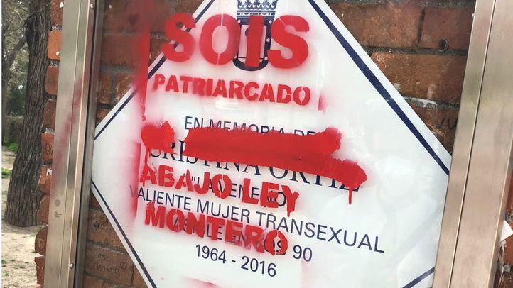 La placa de 'La Veneno', vandalizada con pintadas contra la 'Ley Trans'