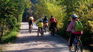 Antiguas vías de ferrocarril convertidas en senderos verdes permiten a los ciclistas y senderistas recorrer sus trazados