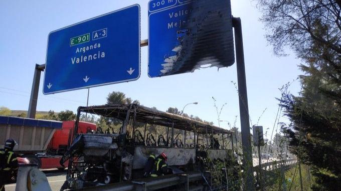 Un incendio de un autobús en la A-3 provoca una enorme columna de humo