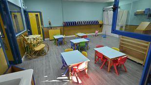 Un aula vacía con las ventanas abiertas, como marca el protocolo Covid.