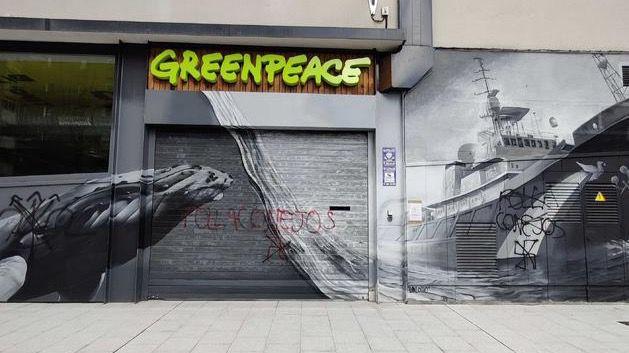 La sede de Greenpeace aparece vandalizada con insultos y simbología nazi
