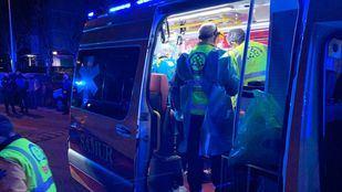 Efectivos del Samur atienden al motorista herido en La Latina