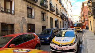 Bomberos del Ayuntamiento de Madrid han rescatado a un hombre de 55 años tras resultar intoxicado por monóxido de carbono en el incendio de su vivienda