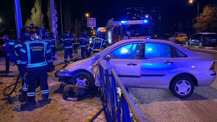 Un coche arde tras chocar contra una valla y su conductor sale ileso