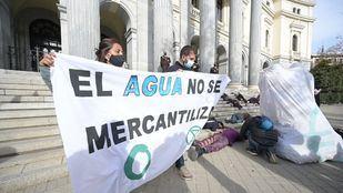 Amigos de la Tierra se concentran contra la 'especulación' del agua frente a la Bolsa de Madrid