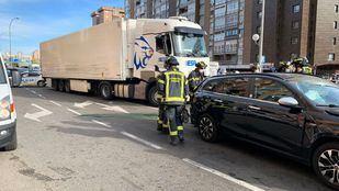 Un camión arrolla a varios vehículos en Conde de Casal y causa diez heridos leves