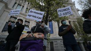 La asociación Valiente Bangla, radicada en Lavapiés, protesta frente al Ayuntamiento de Madrid para protestar también por el 'abandono institucional' que sufren