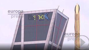 Las torres Kio de Madrid cambian el logo de Bankia