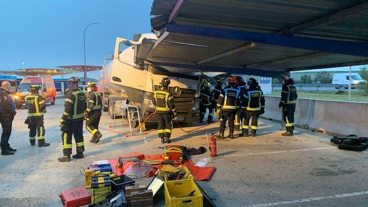 Rescatado un camionero atrapado en la cabina tras chocar contra el techo de un parking
