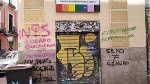 La sede de Cogam amanece vandalizada con mensajes en contra de la Ley de Diversidad Sexual