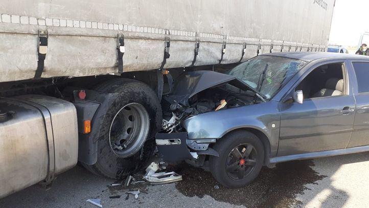 Heridos dos jóvenes tras chocar contra un camión estacionado en Coslada