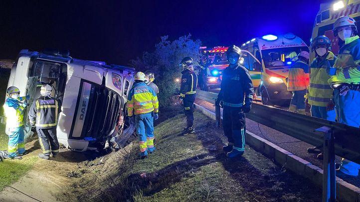 Un camión queda semivolcado en la M-50 tras reventar una de sus ruedas