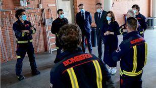 La presidenta Isabel Díaz Ayuso en una visita al Parque de bomberos de Las Rozas.