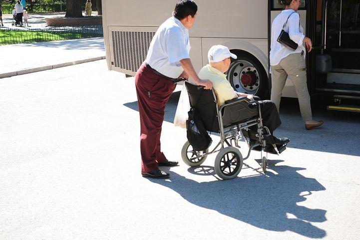 persona mayor en silla ayuda dependiente
