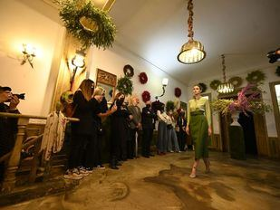 Madrid es Moda traslada a una floristería un desfile de Juanjo Oliva