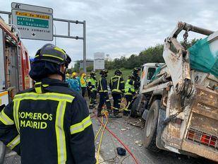 Rescatado el conductor de un camión volquete tras sufrir un accidente en la M-40