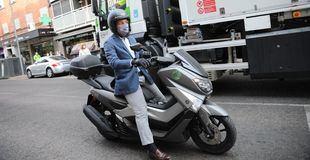 Almeida llega a Carabanchel en moto.