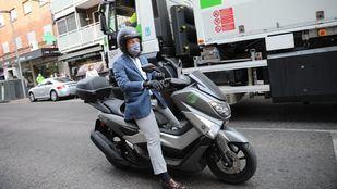 El alcalde de Madrid, en moto por Carabanchel.