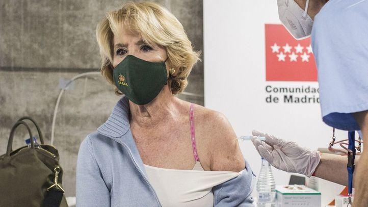 Esperanza Aguirre se vacuna con AstraZeneca y defiende la gestión de Ayuso